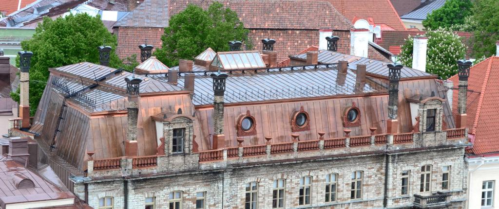 Vasest valtsplekk-katus Teaduste Akadeemia hoonel Tallinnas, Kohtu tn.6. Ehitaja Oma Fassaad OÜ.